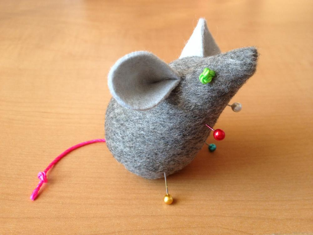 mice: needle case and pincushion continued   what i do